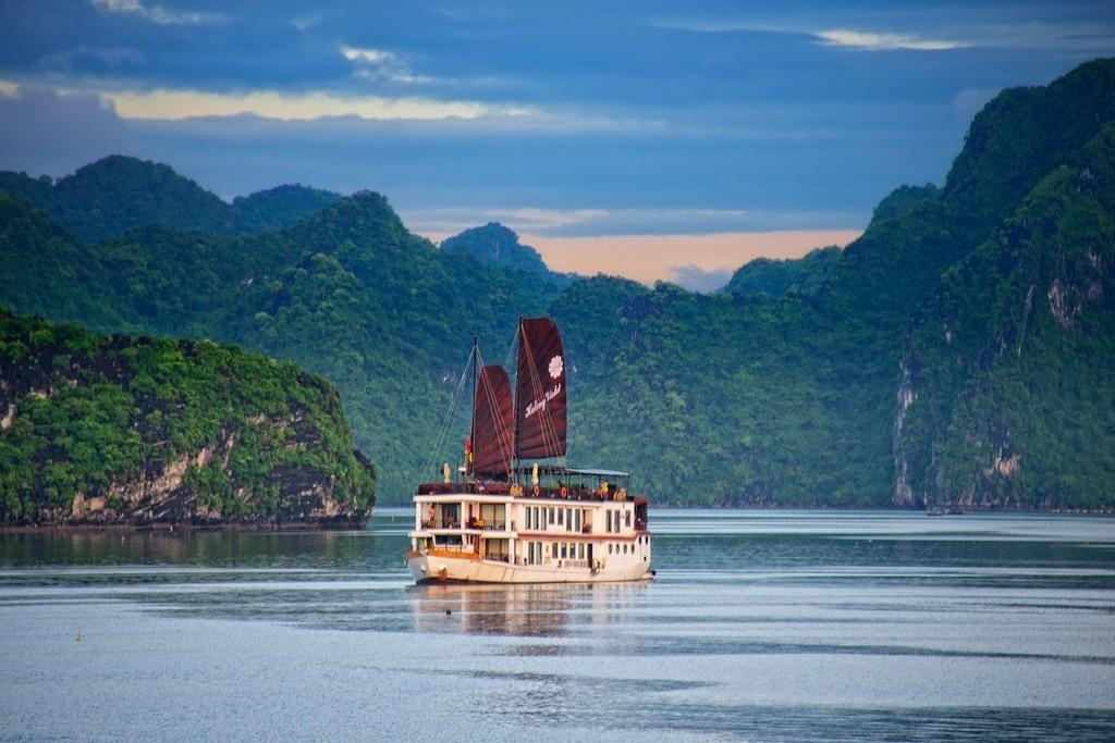 Ha-Long-Bay- Worldbays (7)