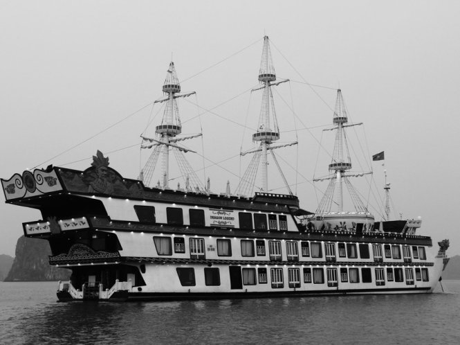 Ha-Long-Bay-in-Black-And-White (1)