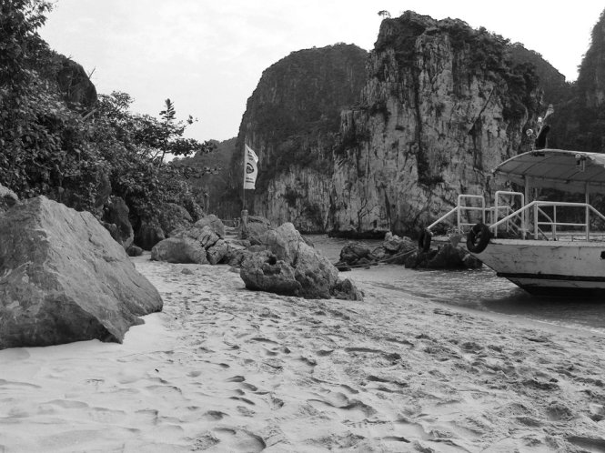 Ha-Long-Bay-in-Black-And-White (11)