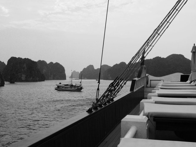 Ha-Long-Bay-in-Black-And-White (5)
