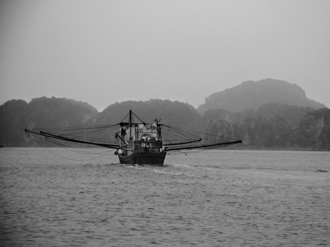 Ha-Long-Bay-in-Black-And-White (6)