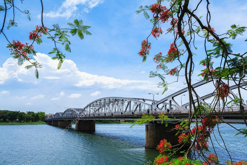 depositphotos_86399312-stock-photo-trang-tien-bridge-hue-vietnam