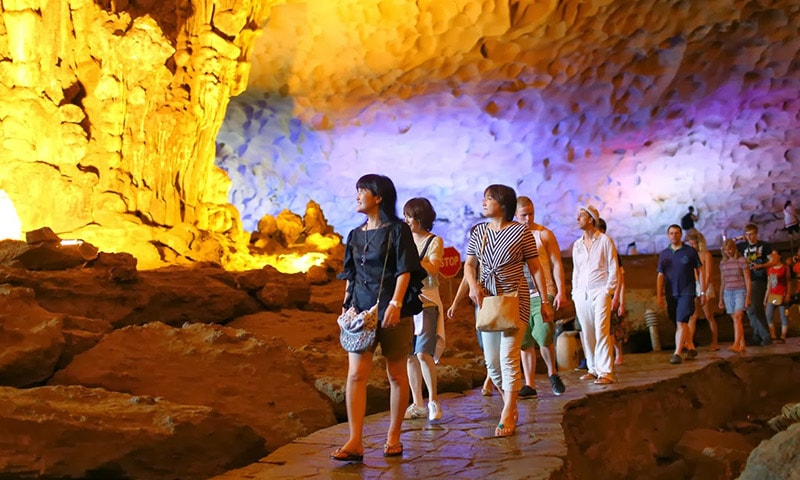 Enjoy the beauty of Sung Sot cave