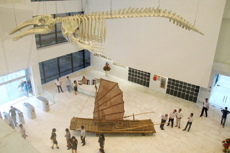 The models of giant whale's skeleton and boat impress tourist at the 1st floor